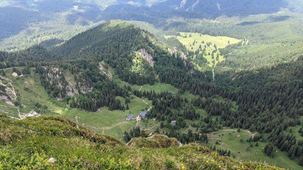 Blick vom Gipfel zurück zur Tutzinger Hütte. Foto: Tobias Hecht