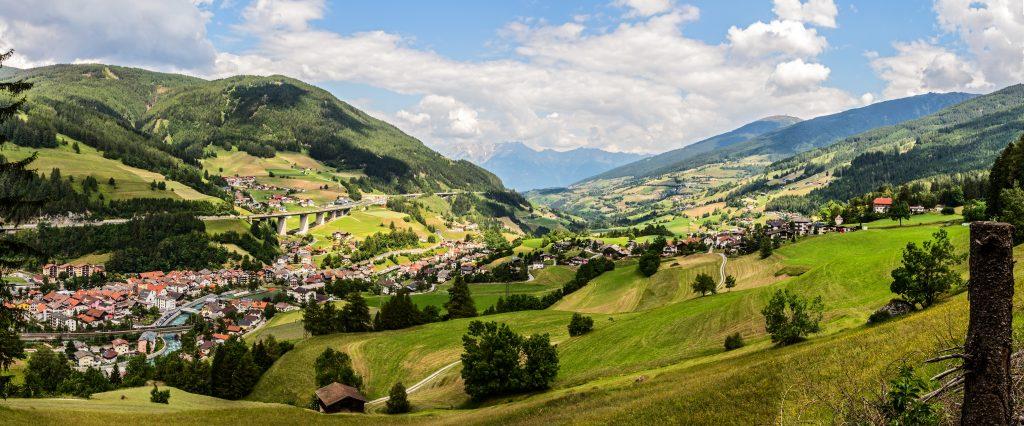 Blick über Matrei am Brenner nach Norden. Foto &copy Tourismusverband Wipptal
