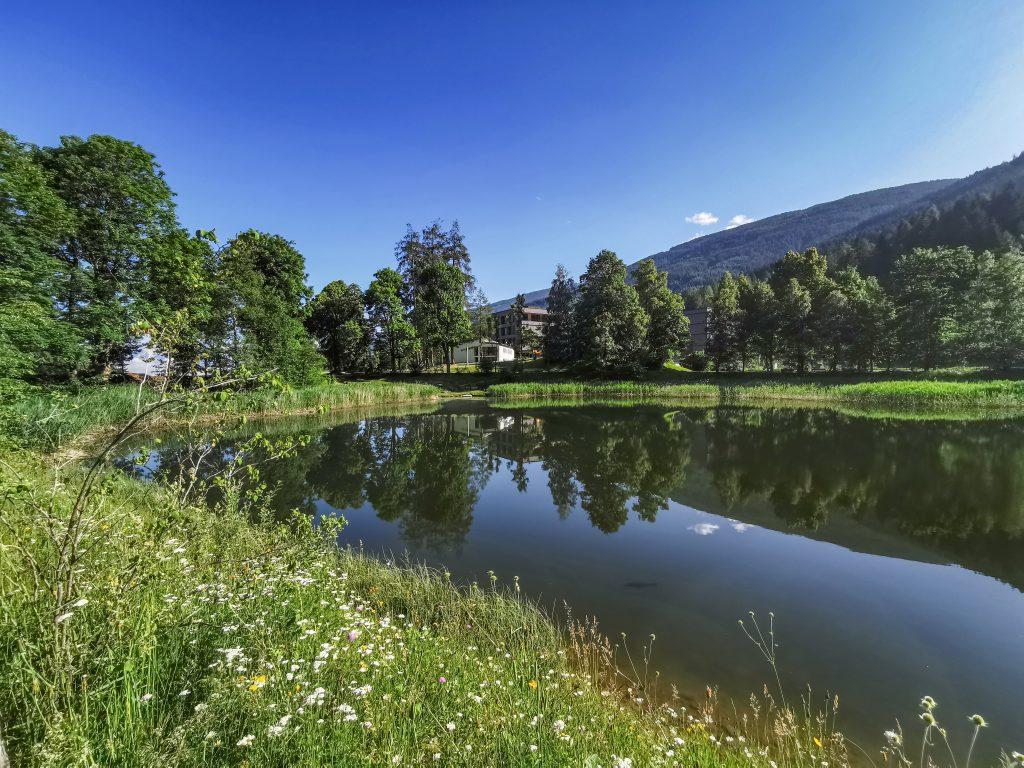 Kraftsee mit Bildungshaus im Hintergrund. Foto &copy Tourismusverband Wipptal