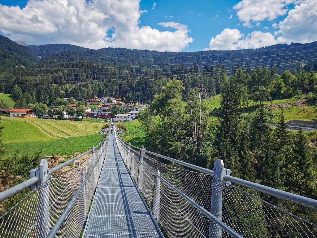 Hängebrücke von Pfons zum Schloss Matrei Trautson. Foto &copy Tourismusverband Wipptal
