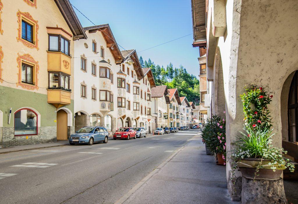 Historische Häuserfassaden in Matrei am Brenner. Foto &copy Tourismusverband Wipptal
