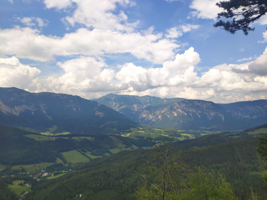Fabelhafte Aussicht am Weg vom Semmering nach Prein. Foto: Birgit Matzinger