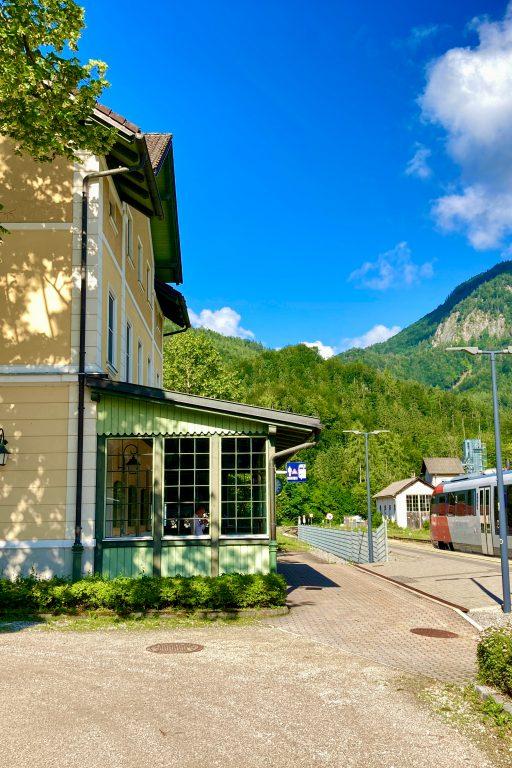 Umsteigen am wunderschönen Bahnhof in Grünau im Almtal. Foto: Stefan Hochhold