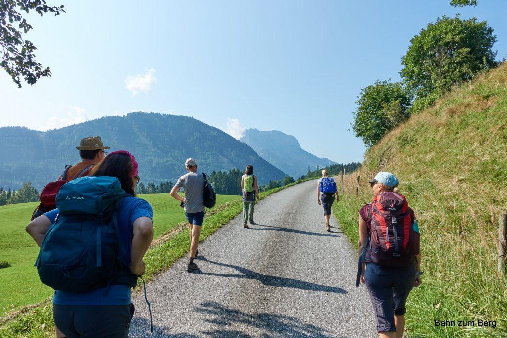 Aufstieg auf der Straße mit Buchstein im Hintergrund. Foto: Martin Heppner