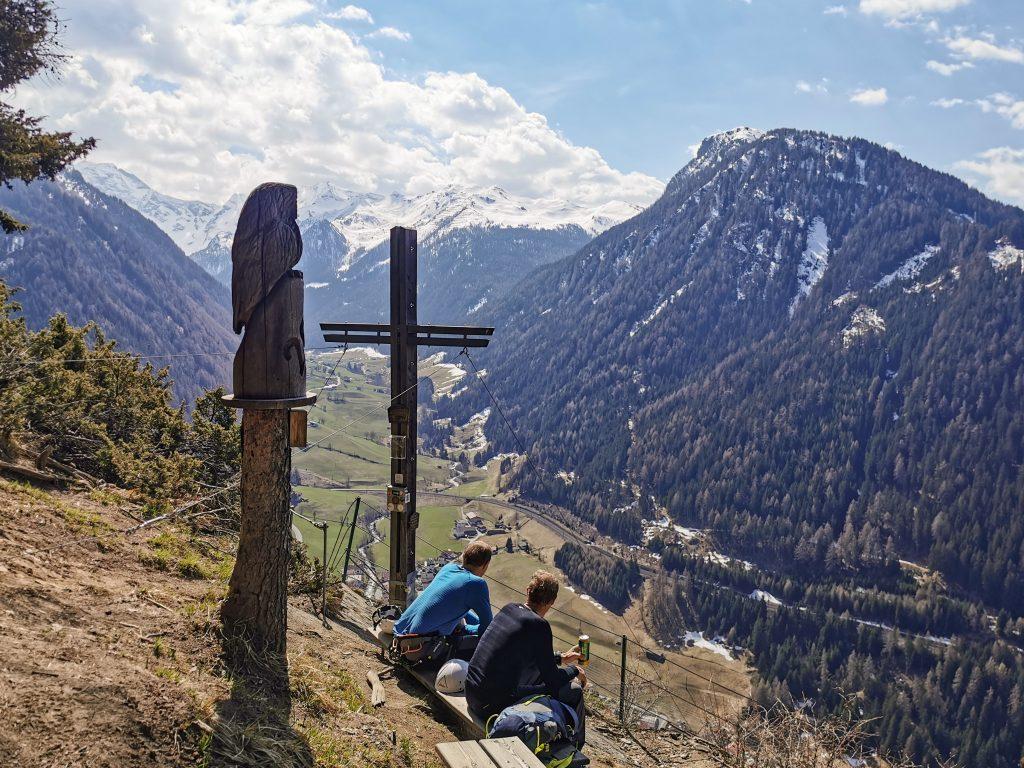 Gemütliches Platzl beim Gipfelkreuz. Foto: Judith Hammer
