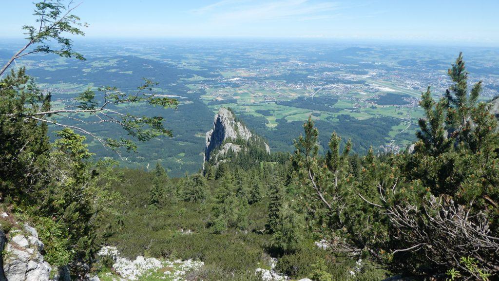 Der Blick über den Kühstein auf Salzburg; der Wiesenfleck ist die Schweigmühlalm. Foto: Karl Plohovich