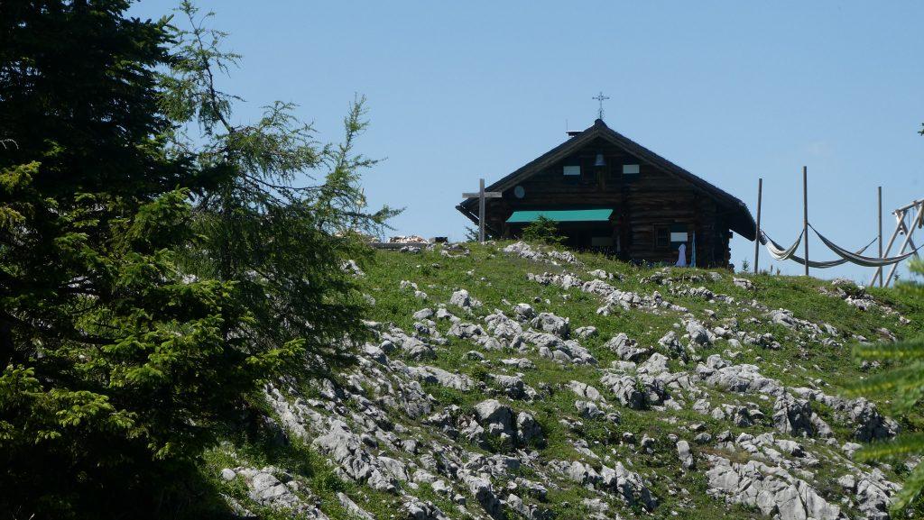 Die große Blockhütte auf der Klingeralm beherbergt auch eine Kapelle. Foto: Karl Plohovich