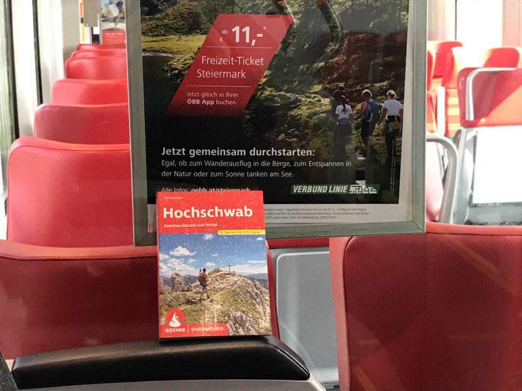 Passt in jeden Rucksack und auch sehr gut zur öffentlichen Anreise. Das neue Hochschwab Wanderbuch. Foto Peter Backé