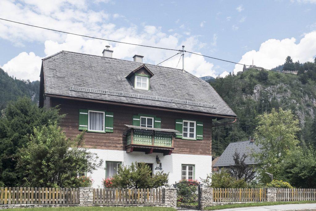 Haus in Wörschach mit Ruine Wolkenstein im Hintergrund. Foto: Birgit Reiter