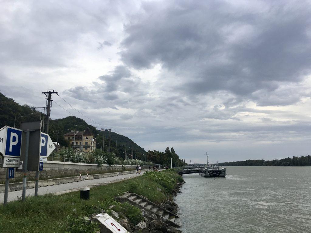 Entlang der heute grauen Donau und wolkenverhangenem Himmel ins Kahlenbergerdorf. Foto Veronika Schöll