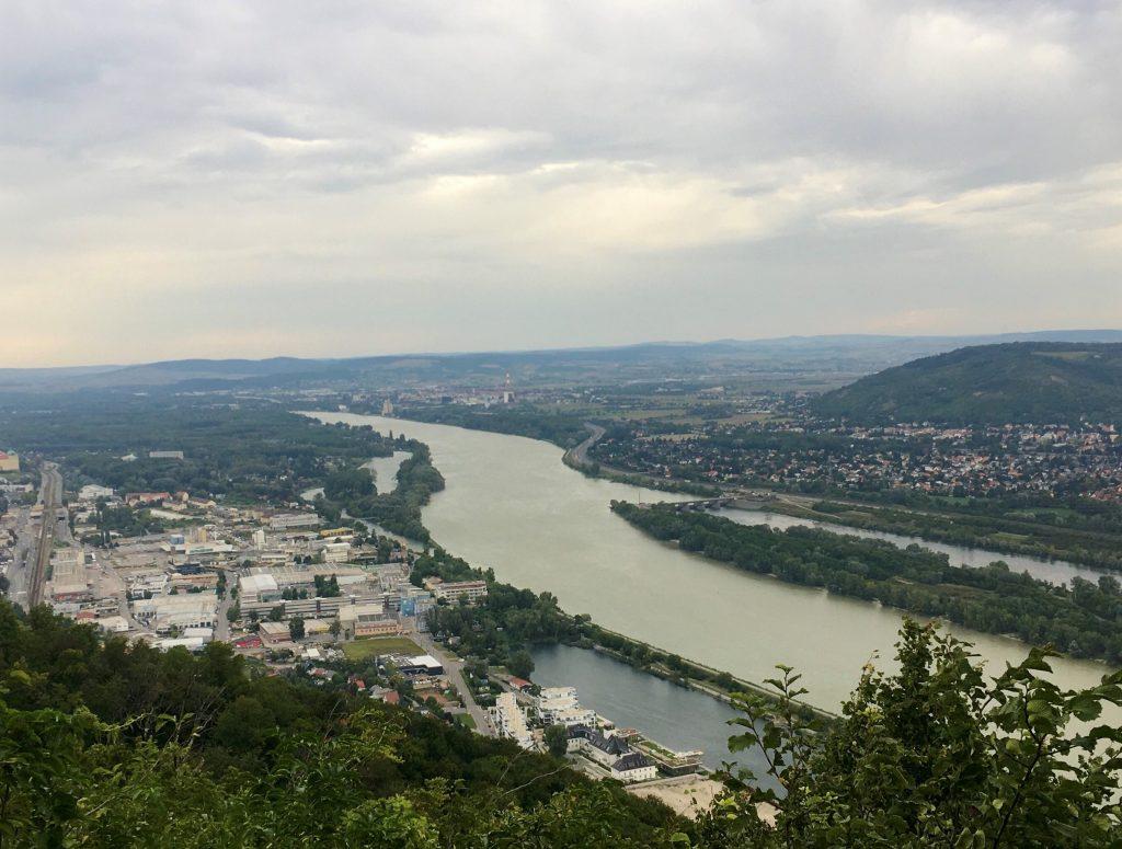 Blick nach Klosterneuburg von der nördlichen Aussichtsterrasse am Leopoldsberg - heute keine Sonne. Foto Veronika Schöll