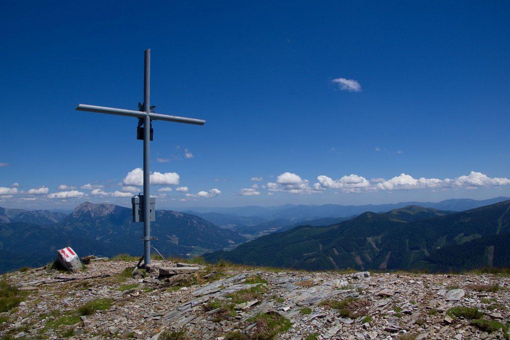 Gipfelkreuz Feistererhorn 2081m (wegen der Sonne von hinten fotografiert). Foto: Franz Haas