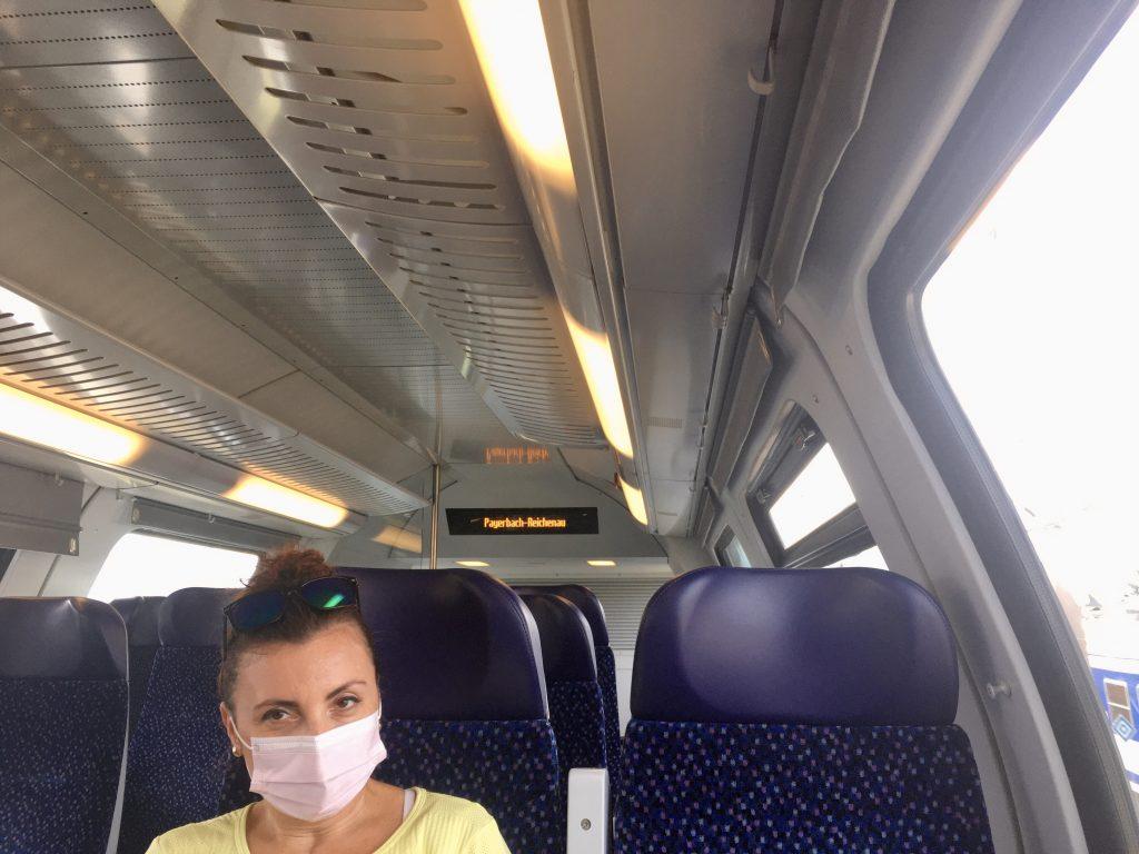 Im Zug. Mit Maske. Foto Veronika Schöll