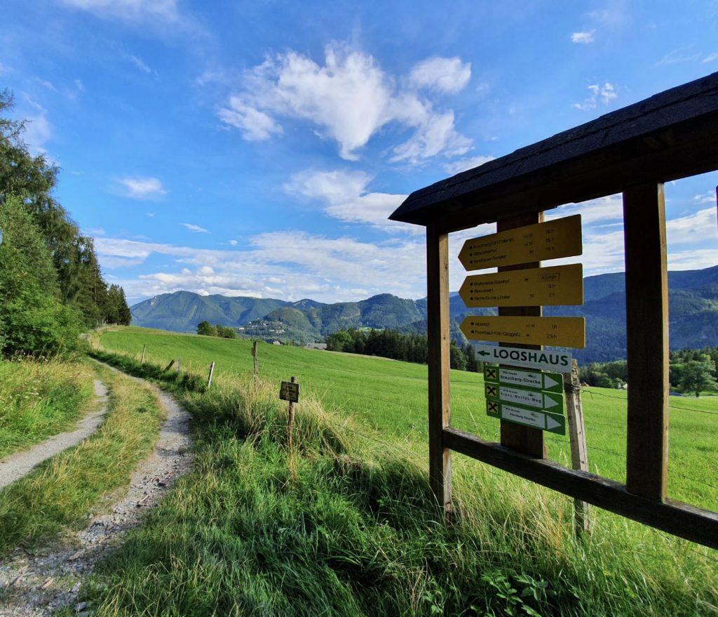 Wegweiser bei der Speckbacher Hütte. Foto Krisztina Grünzeis