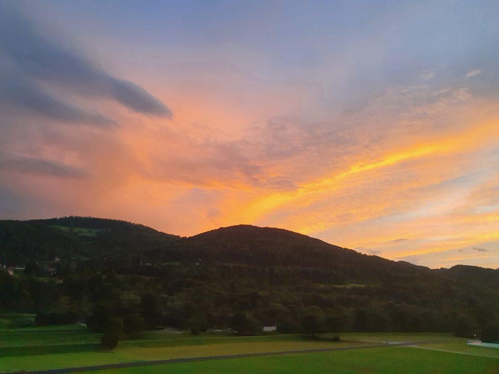 Hier noch der versprochene Sonnenuntergang aus dem Zug. Foto Krisztina Grünzeis
