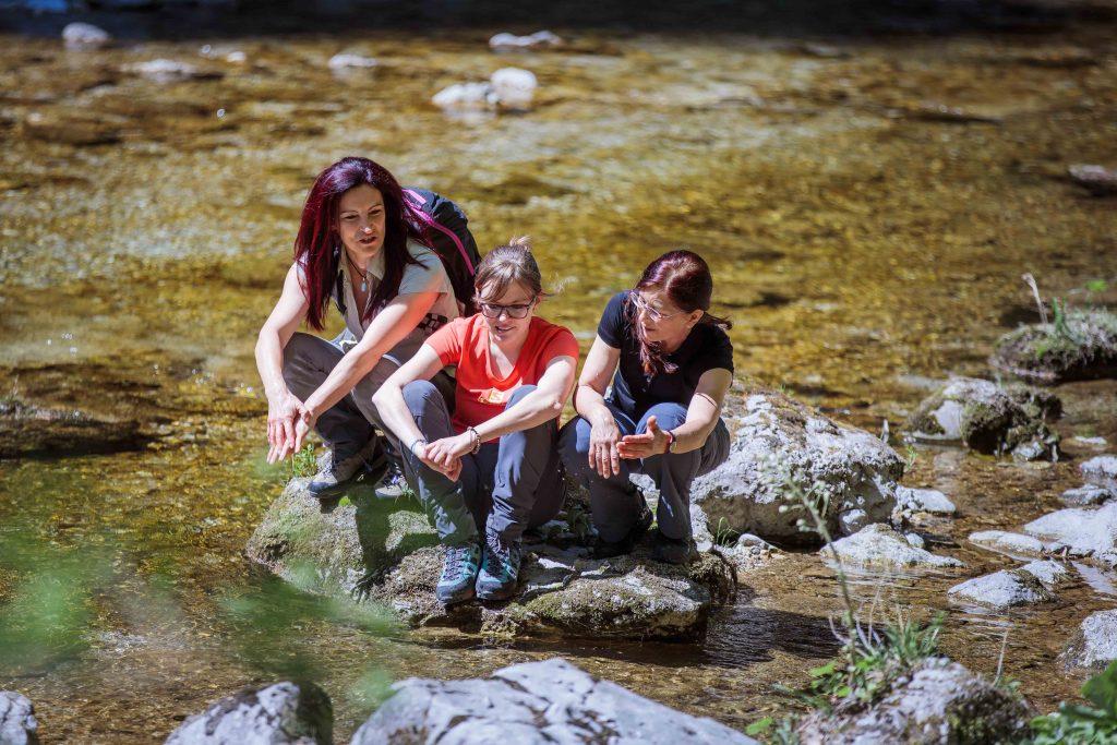 Nicht nur an besonders heißen Tagen ist eine Abkühlung im klaren Wasser eine willkommene Erfrischung. Foto: Fred Lindmoser