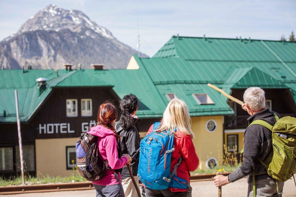 Die Wanderung startet am Bahnhof Gösing, direkt unterhalb des Alpenhotels Gösing beginnt der Weg nach Erlaufboden. Foto: Fred Lindmoser.
