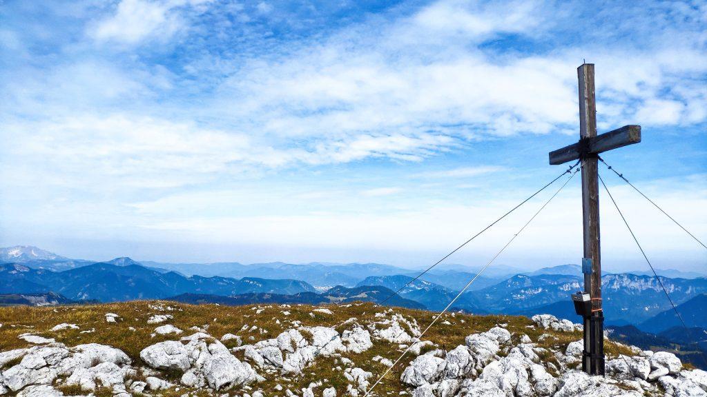 Gipfelkreuz und Ausblick von der Hohen Weichsel. Foto: Birgit Matzinger