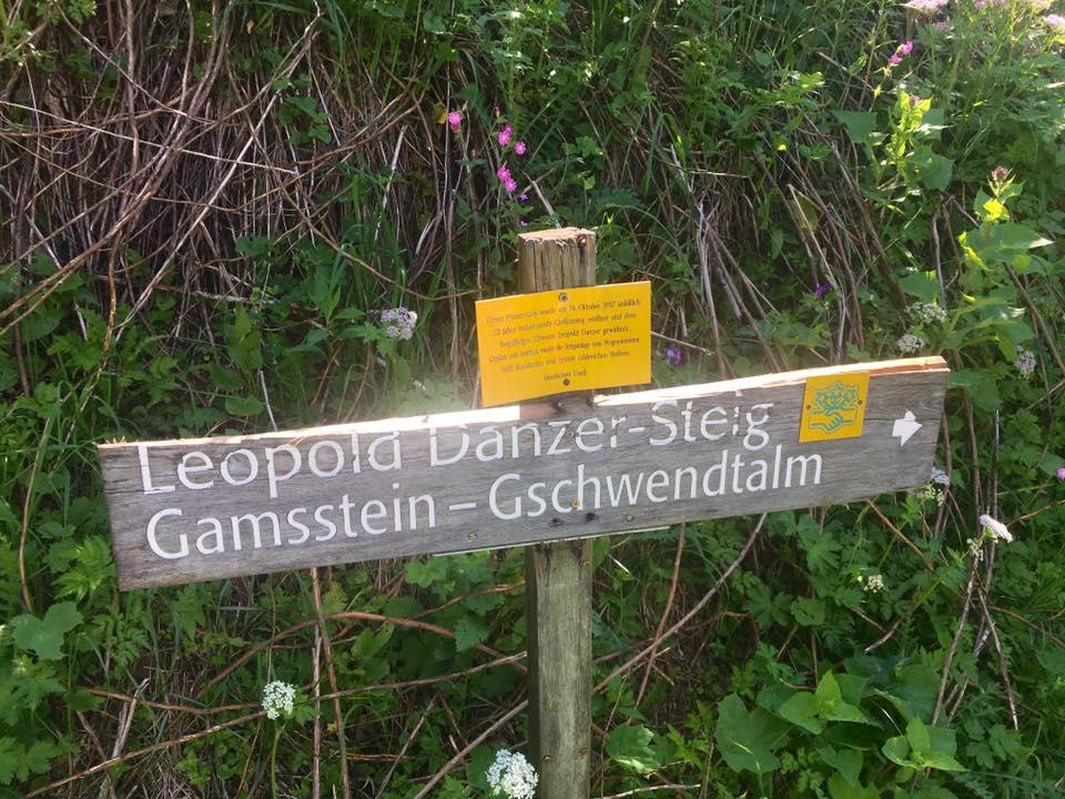 Wegweiser zum Leopold Danzer Steig. Foto Veronika Schöll
