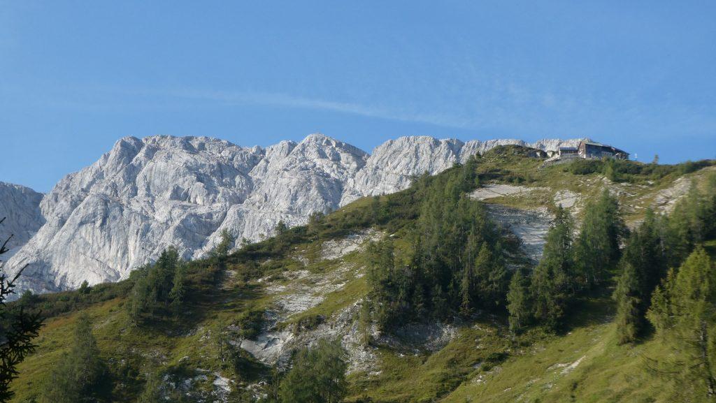Purtschellerhaus - ganz links das Gipfelkreuz. Foto: Karl Plohovich