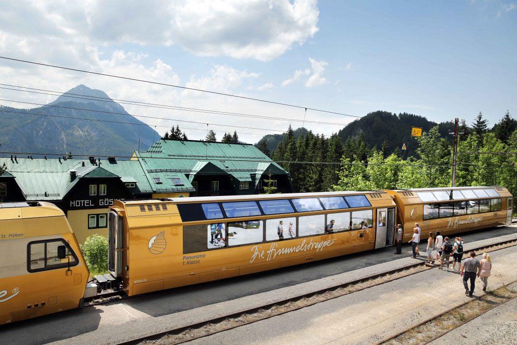 Die Anreise nach Gösing erfolgt mit dem Panoramawagen 1. Klasse der Mariazellerbahn. Foto: weinfranz.