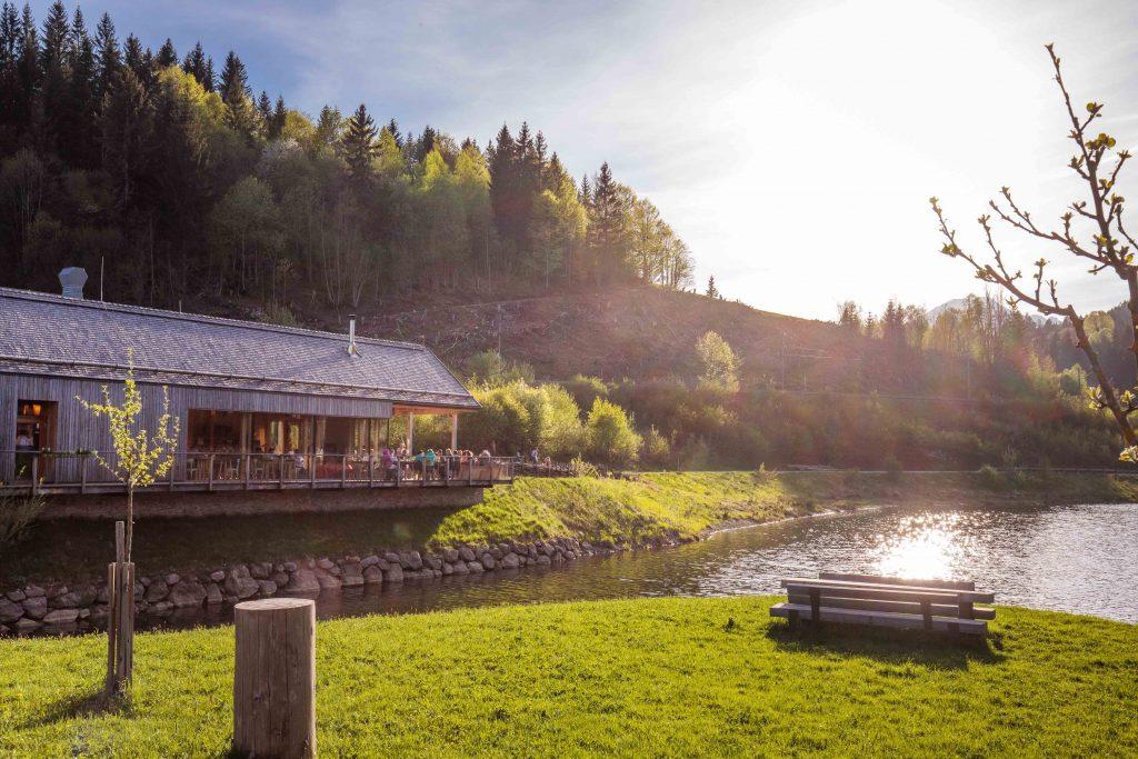 In der Ötscher-Basis befindet sich der Seegasthof, wo man mit regionalen Speisen und Getränken verwöhnt wird. Foto: Fred Lindmoser
