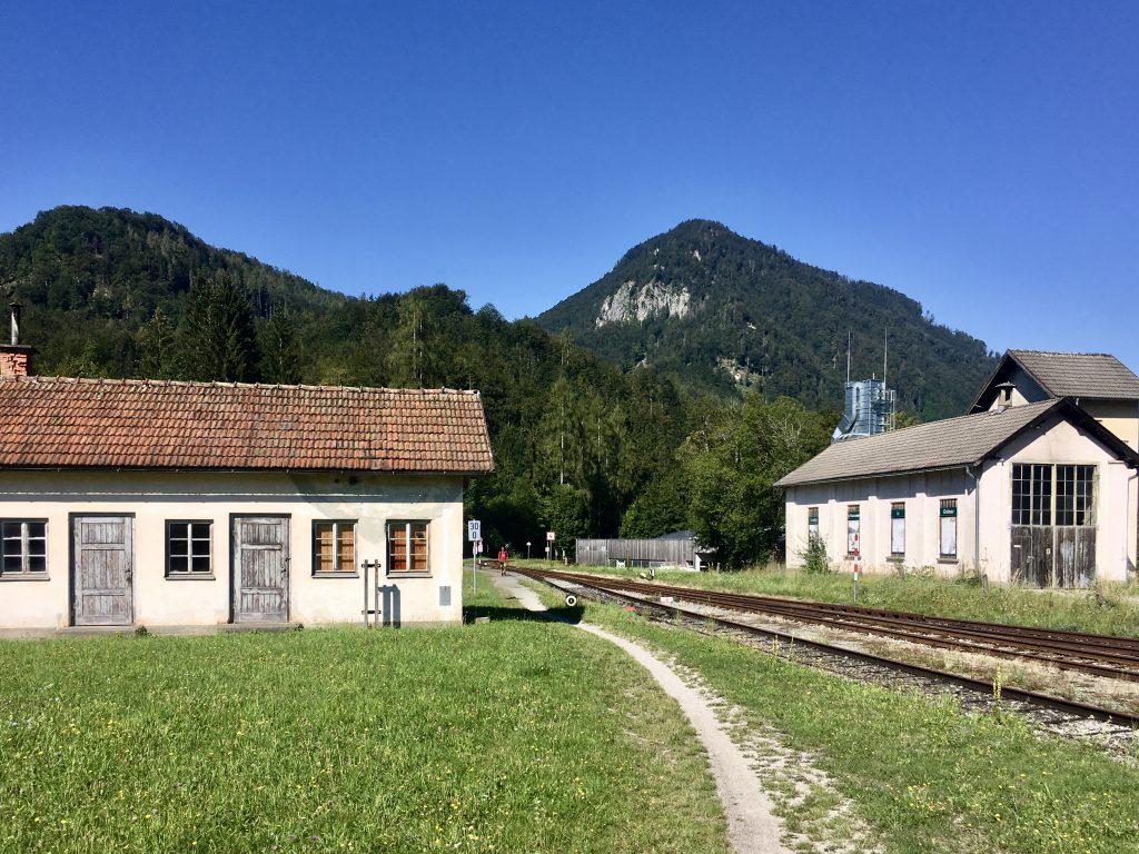 Altes Bahnhofsklo (?) am Wanderweg. Foto: Stefan Hochhold