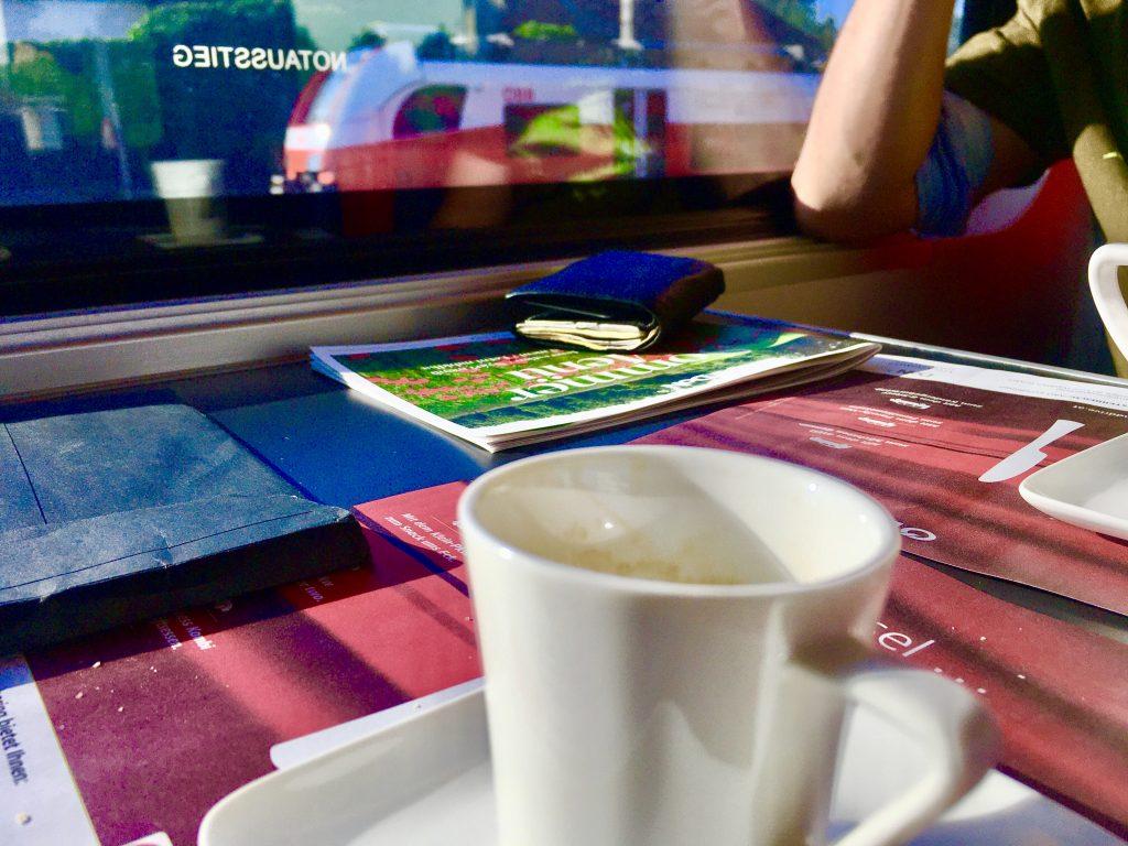 Espresso im Railjet-Boardrestaurant. Tisch-Set mit Rail and Drive-Werbung. Aja. Foto: Stefan Hochhold