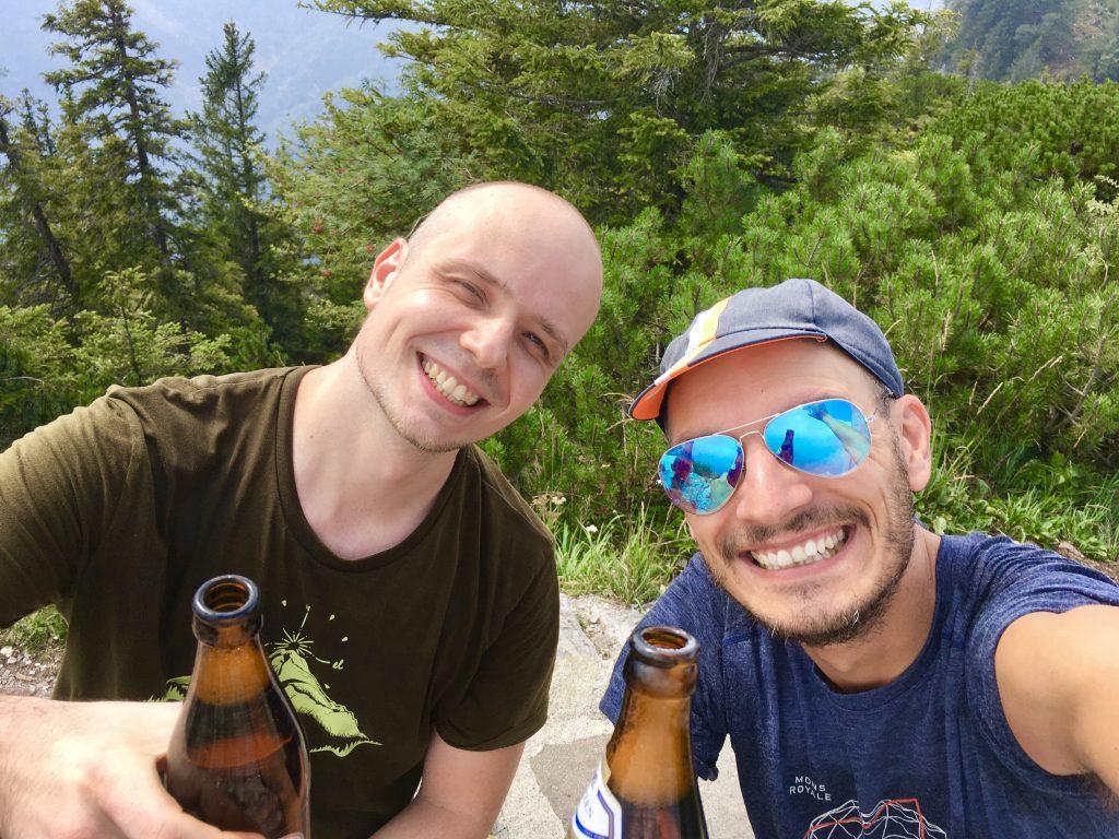 Stefan und Stefan mit Freude und Gipfelgetränk. Foto: Stefan Hochhold