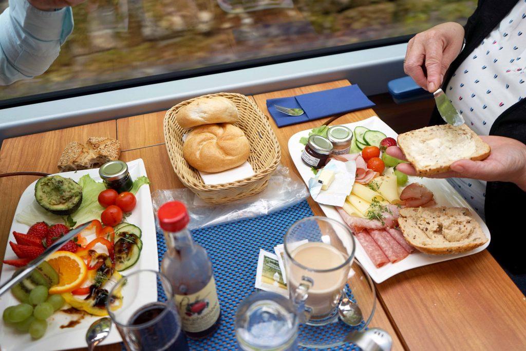 Im Panoramawagen stärkt man sich mit einem regionalen Frühstück für die Wanderung. Foto: Mayerhofer